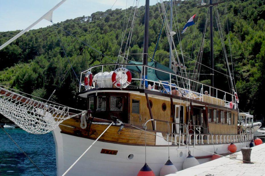 Orao on green port